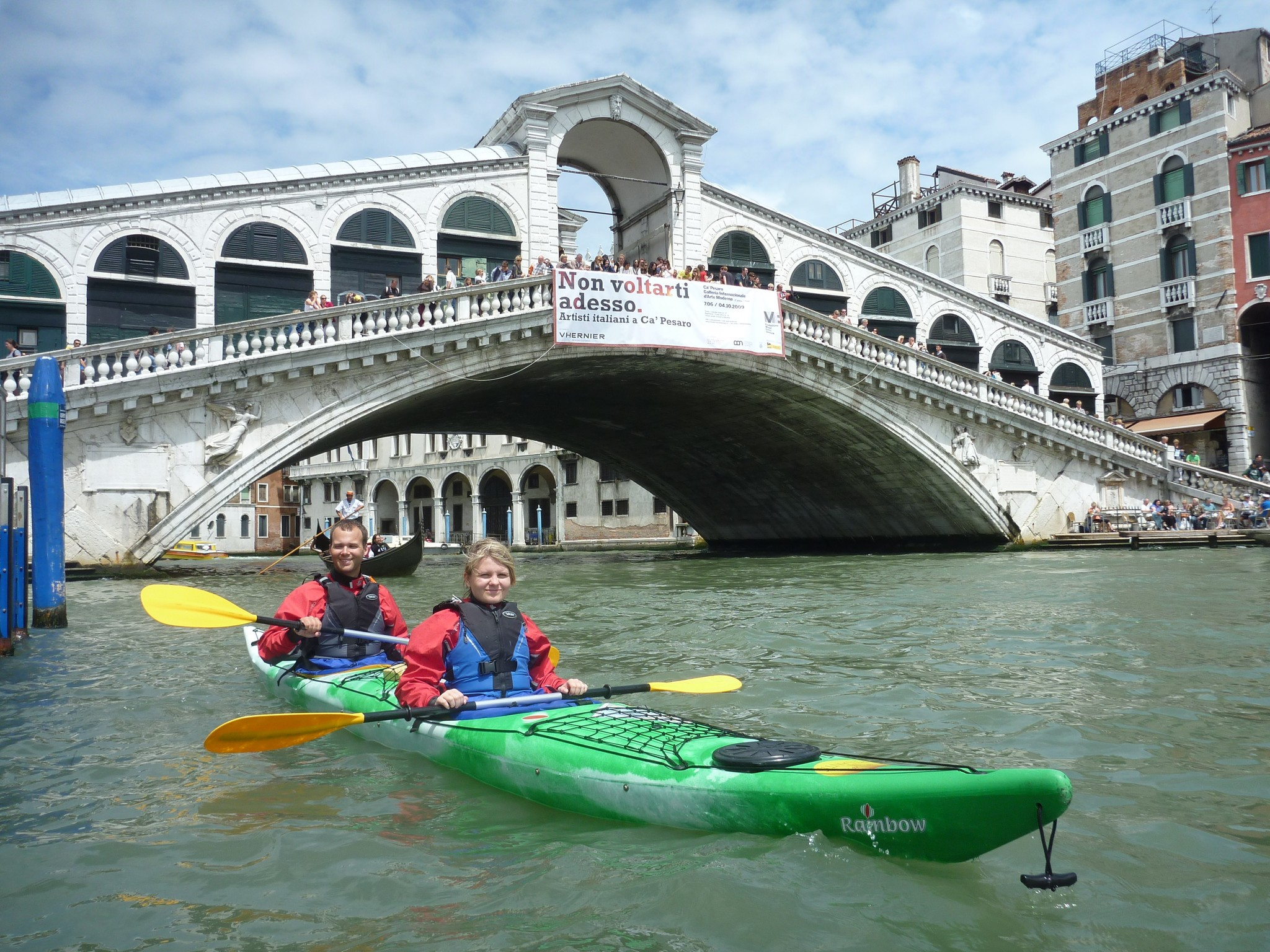 Couple in double kayak in front of the Rialto Bridge (press photo)