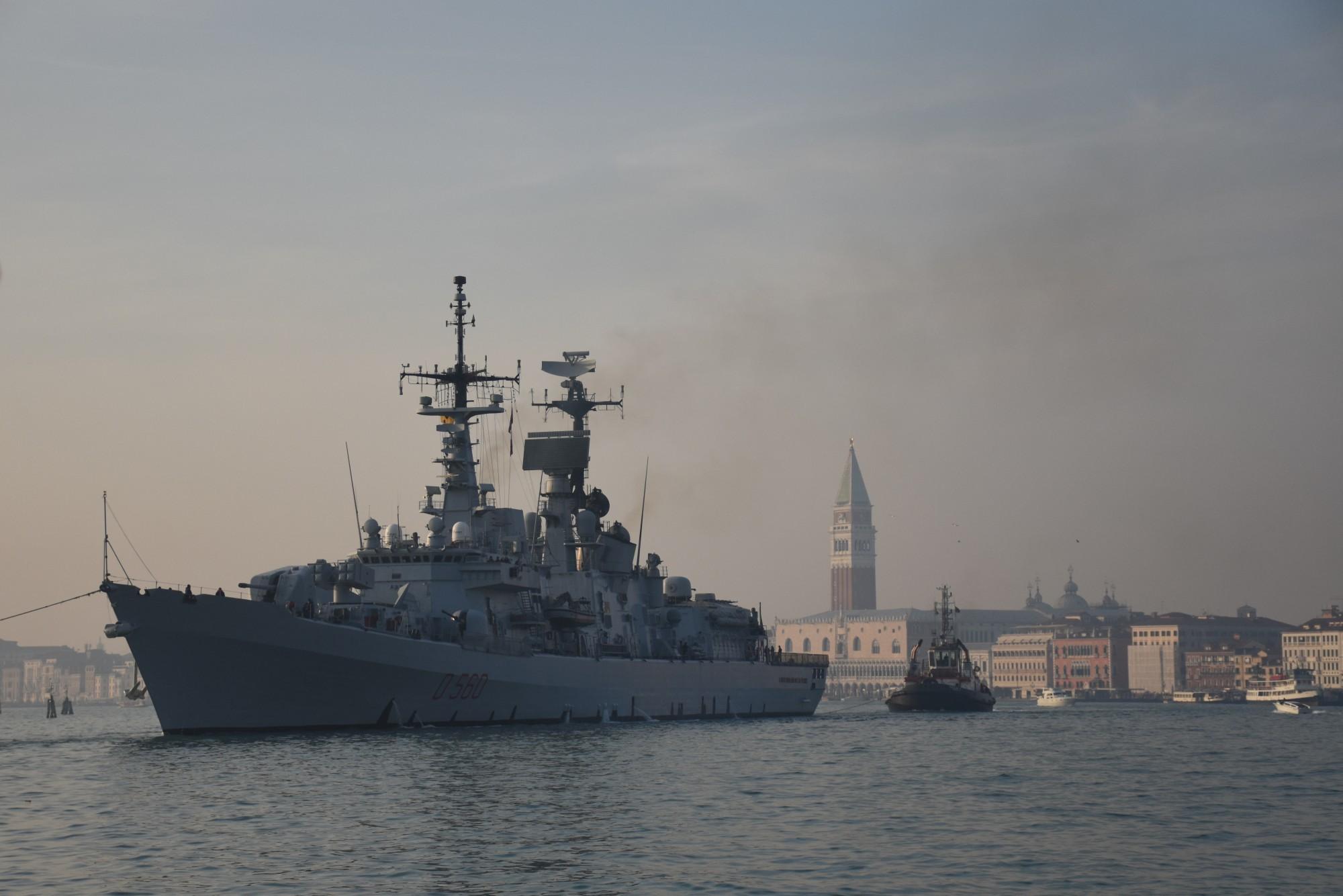 Nave di guerra a Venezia