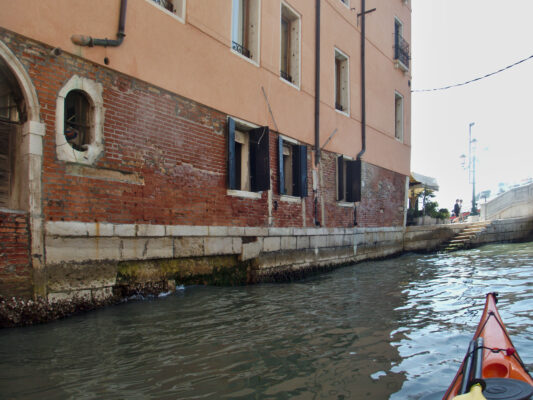 Damages to buildings caused by motorboats.