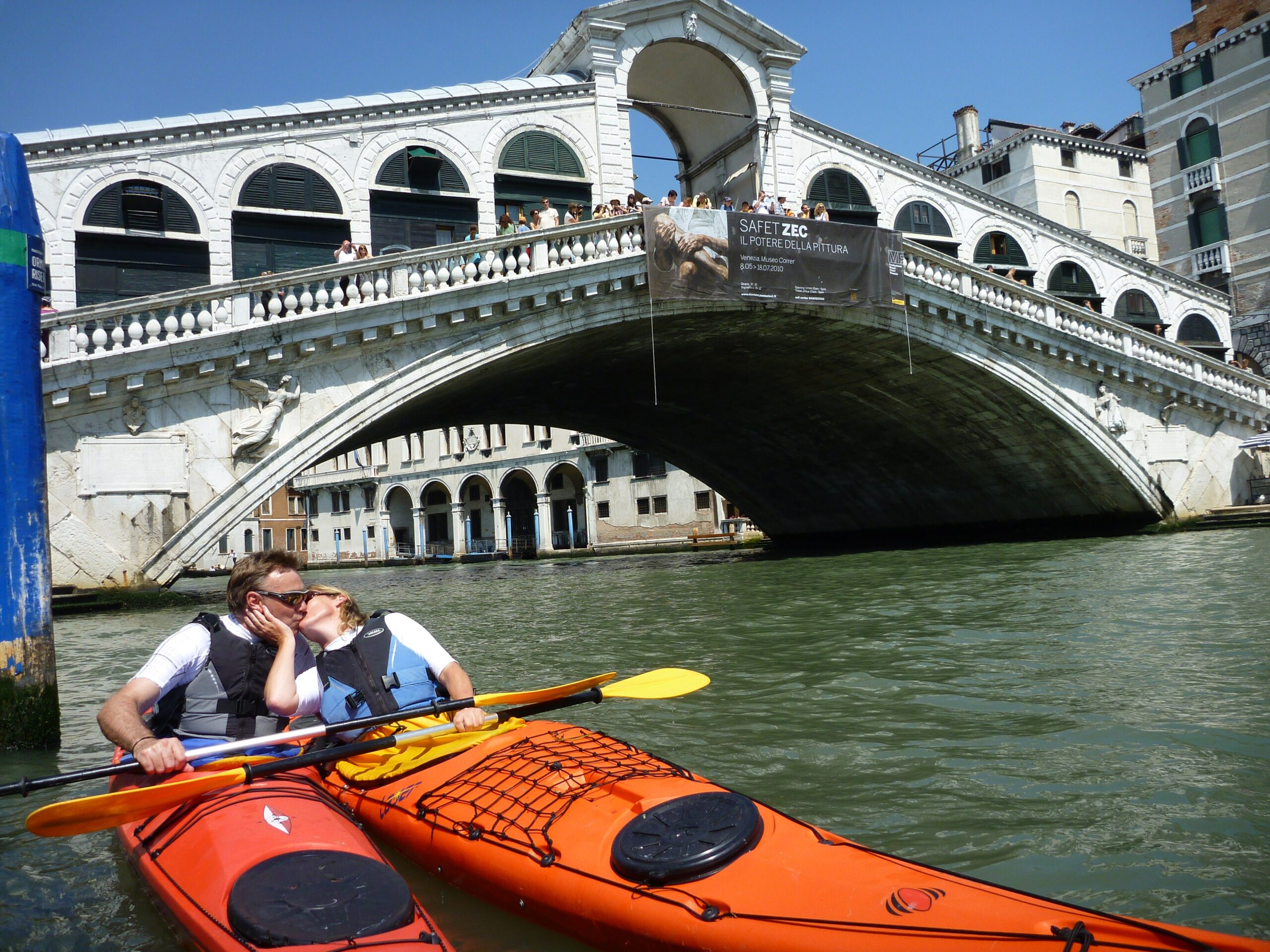Couple kissing at the Rialto Bridge (press photo)